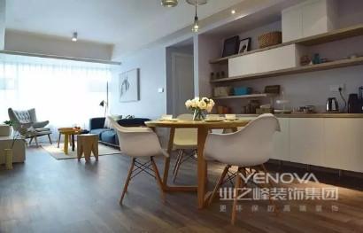 空间上功能区完整,而屋主需求则是希望有尽可能多的存储地方;设计师多方考虑,以简约风布置空间,从实用功能出发,因此使用了大量定制性家具,大大强化空间的收纳功能;材质上,多以木质和布艺为主,使小空间在朴质随性、轻柔温和的材质营造中,感受生活的惬意和舒适。