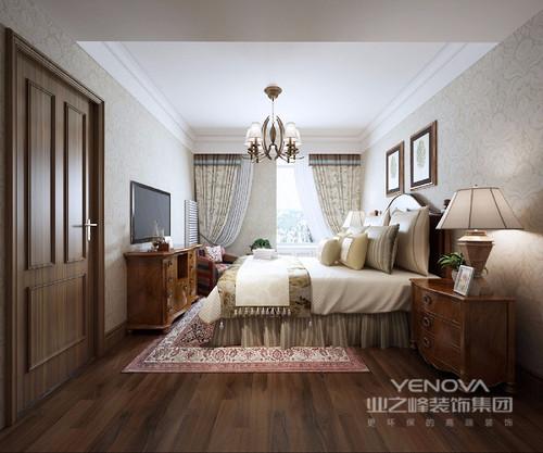 主卧的设计给人舒适、时尚的感觉,轻柔的米色奠定了整个空间的和谐基调,暗纹的墙纸让整个墙面带一些少许的动感,圆形质感的金属灯具让主卧更加高贵精美。