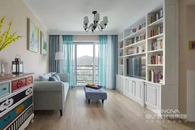 90㎡三居的户型,借由客厅落地窗的采光,整体布置得十分敞亮。房子没有单独的玄关空间,但设计师用一组柜子巧妙地解决了这个问题,还满足了多方面的功能。