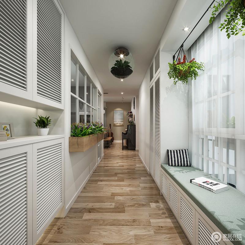 浅木色的地板与白色木质家具尽显自然与温馨,设计师利用走廊增加了储物功能,并且以不同的形式塑造出简洁之美;飘窗的惬意感,与空间中的绿植反映出生活的自在与惬意。