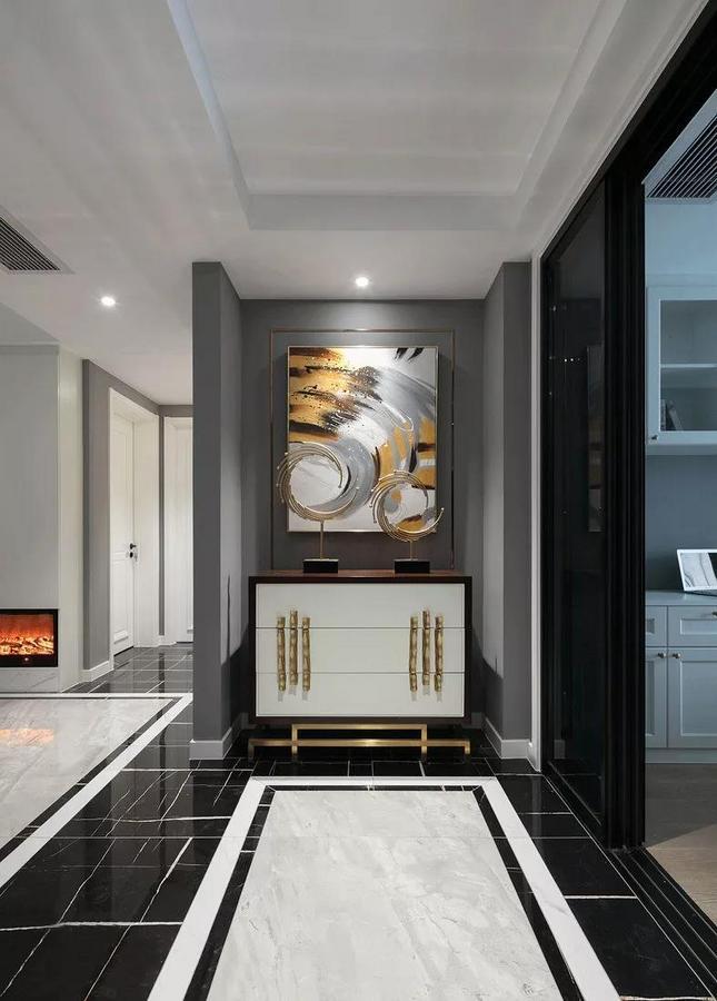刚进门便被门厅的画所吸引,软装配饰与挂画很好的融合在了一起,和谐而融洽。
