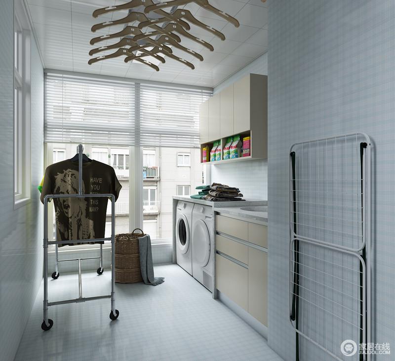 生活阳台设置有:洗衣区、晒衣、收纳、洗手台、清洁工具存放区,整个空间布局十分合理可供给主人更多可能使用的用途,整个空间铺设蓝白格纹砖,干净明亮。