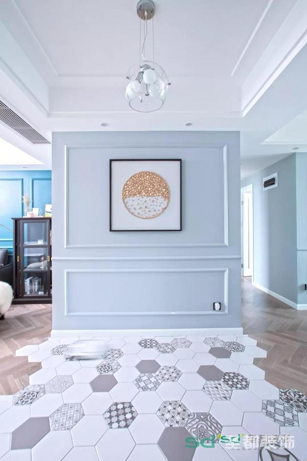 入户门正对着就是玄关,一副较为简约的挂画却蕴含着风水之理!搭配精致的六角砖。地面刻意选用六角砖与实木复合地板的拼接,和谐而不失精美。
