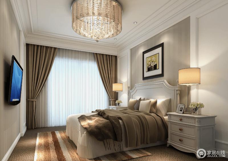 卧室以中性调为主,温和中突出表现温馨和舒适;美式白色家具以轻快和线条整洁给予实用性;条纹地毯与军绿色的毛毯以中性色彩将舒怡和盘托出,让昏黄的之光下的生活更加沉寂、自在。