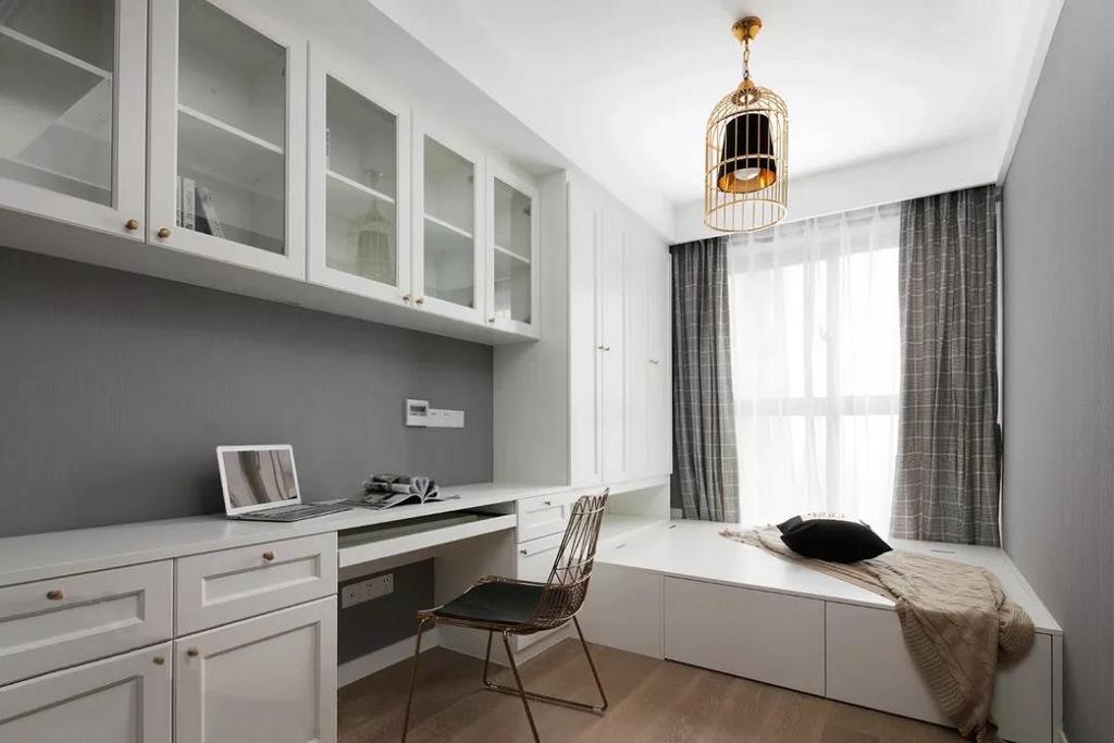 书房榻榻米的设计营造一种悠闲舒适的阅读环境,软装为整个空间增添精致感,奢华优雅,颜值与实力并存。