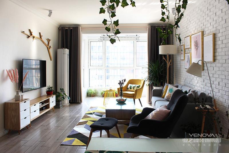 因为没时间打理绿植,所以在空间上采用装饰用的塑料材质的绿植,以及相应的壁画。