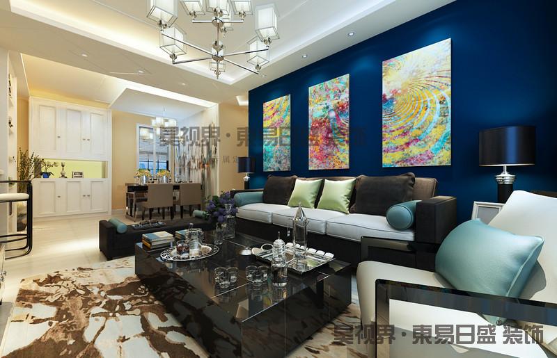 在整体空间上,用色上也是设计师的一大巧思,以高饱和度的宝石蓝墙面与白色地毯为基调,再用沉稳的深色系精品家具进行点缀,搭配质感吊灯,各个都是品味挑选,将居家氛围诠释的恰如其分,既浪漫又温馨。