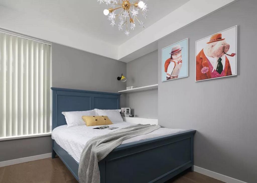 儿童房墙面依旧选用灰色铺垫柔和的基调,蓝色的儿童床以及趣味挂画的选择赋予整个空间鲜活的想象力。