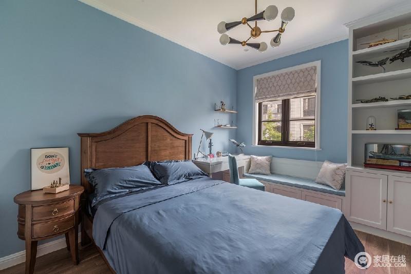 整个空间以蓝色为基调,配有现代感十足的分子灯,整个空间活泼有趣;在窗户下方,高低柜和卡座的一体式,让空间功能性更多样化。