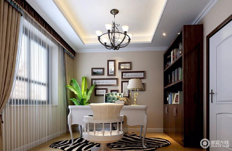 书房的通透性良好,定制的棕木色书柜与白色的书桌椅及浅驼色的墙面,形成视觉上的层次感,令空间的情调安静平和。