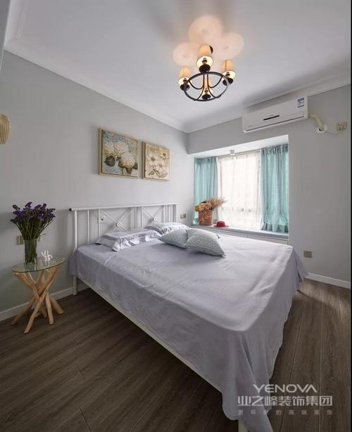 主卧以冷色调为主基调,干净素雅,与客厅的暖色调形成鲜明的反差的对比