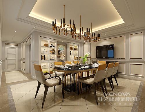 餐厅被石膏线勾勒得更显细腻,从吊顶、墙面到菱形砖的地面演绎线条带来的凝练大气;新古典的展陈柜让生活更显趣意,现代黄铜管吊灯、椭圆形餐桌与墙面的金属线条相呼应,给予空间设计感之余,搭配造型个性的餐椅,让空间不减轻奢。