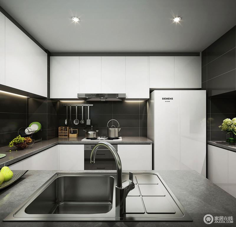 简约的空间线条带来现代的利落感,以白色橱柜为主的空间更显干净利落,黑色墙砖与灰色台面与其形成黑白搭配,在实用之外,更多了份大气。