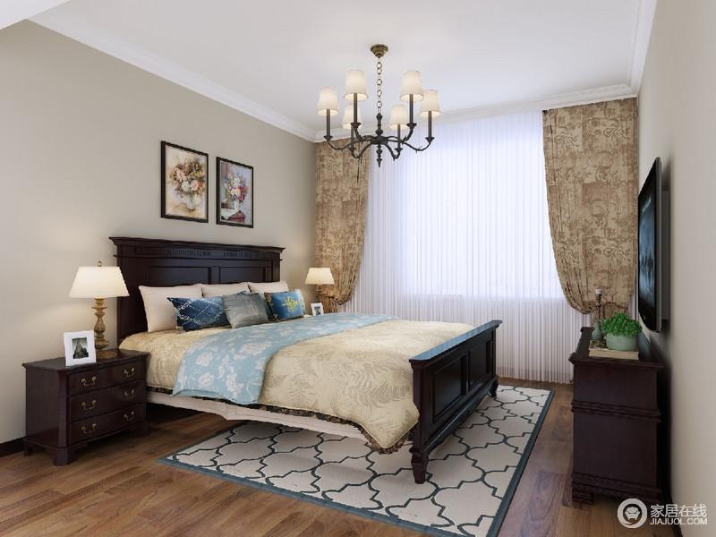 波西米亚风格的窗帘和地毯给经典的美式增添了几分时尚的气息,木质地板和床又显得稳重,整体风格明亮又不失厚重。