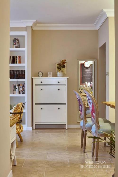 入门处一个白色玄关柜倚墙而立,一面全身镜在等待着主人检视最美的自己