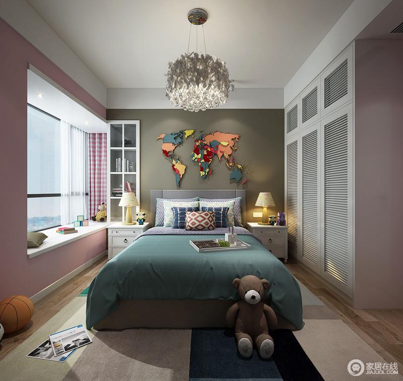 儿童房的设计,从孩子的世界出发,灰色墙面的彩色地毯更显生机;粉色调为主的空间以白色家具作为衬托,力求营造甜美;墨绿色床品与素色地毯带着冷调,中和出沉静。