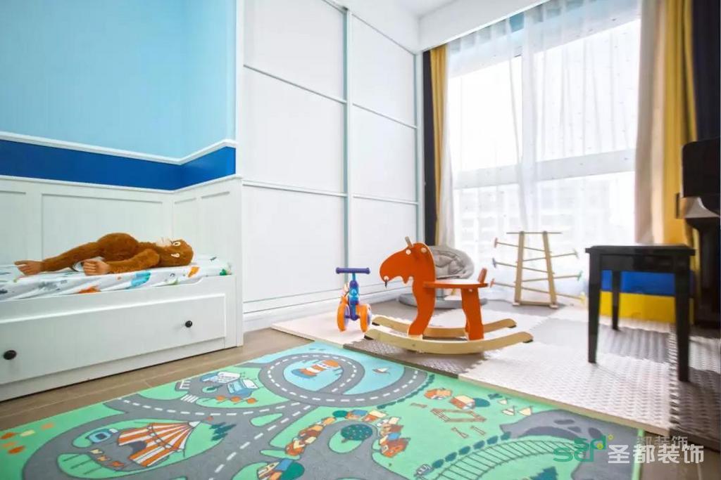 当然,男孩子总是有很多玩具和秘密,所以房间里设置了三处收纳:玩具柜、衣柜、收纳柜。