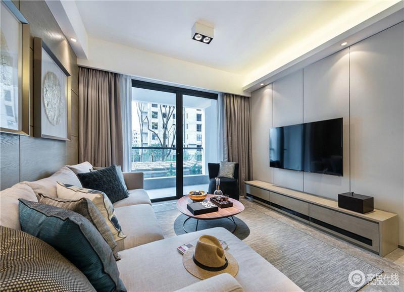 客厅空间简洁舒适,布艺的沙发和地毯的搭配,温馨浪漫。