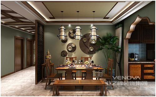餐厅与厨房通过木质花型结构区分,暗绿色的墙面悬挂着青铜装饰品,与实木家具蕴含着天然材质的灵美;一尊佛像、一簇绿植以及一组灯笼吊灯以关联的形式,将佛教元素与自然气息结合,充满特色。