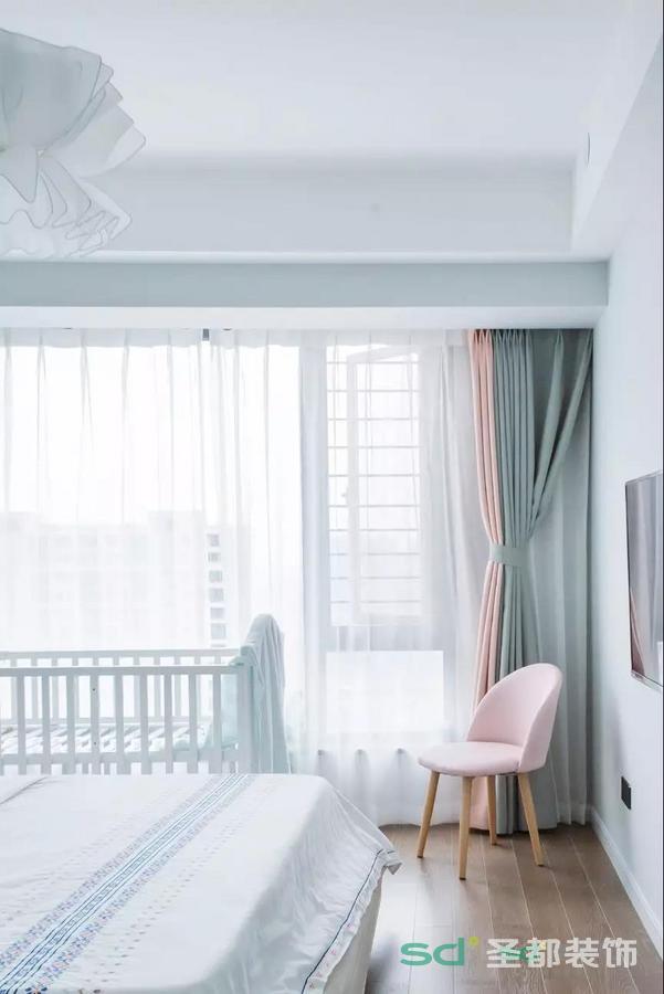 乳白色的梳妆台,柜腿是很有质感的原木质地,粉红色靠背的圆形椅子,满足了女主人的一颗少女心~