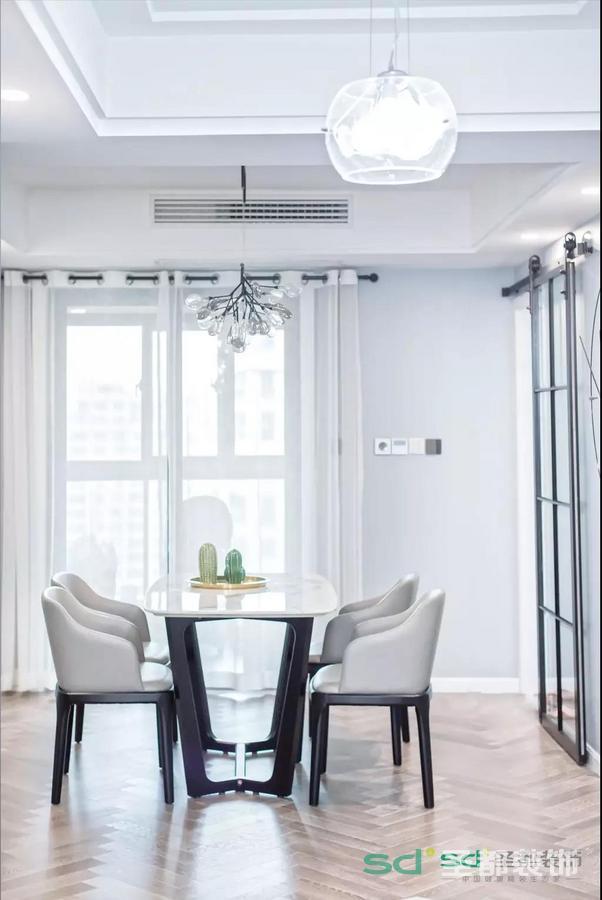 为了节约空间,餐厅和厨房的门选用的是近年来比较流行的谷仓门!
