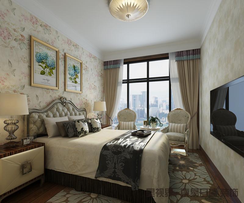 卧室以淡粉色花卉壁纸和米色壁纸铺贴墙面,配以棕色底蓝色花卉的地毯为主人营造了一个田园风的空间,格外唯美淡雅;欧式双人床、金属扶手沙发以精湛地工艺和复古的造型尽显华丽,中性色的软装衬托更富温馨感。