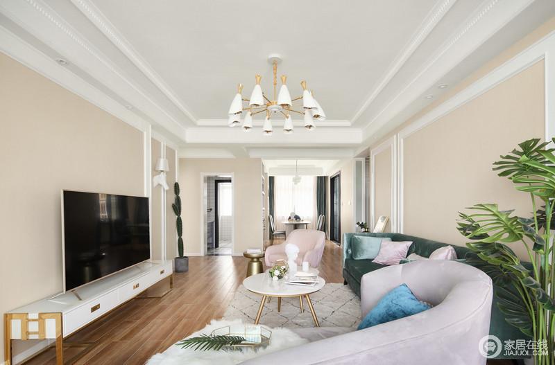 客厅布置的简约但实用,优雅的粉绿沙发碰撞组合,在浅驼色背景墙的轻柔营造下,有着北欧的舒适清逸。