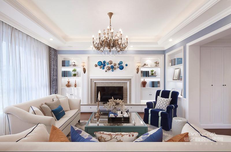 美式客厅风格较多采用嵌入式石膏吊顶,搭配精致的水晶吊顶,营造出一种怀旧、浪漫的感觉。以大理石作为地面装饰材料,光泽感极佳,在沙发区铺上大幅花纹地毯,使空间区域划分更加清晰。复古造型的组合沙发,以及茶几都具有上乘的质感,让美式古典风格得以进一步的彰显。