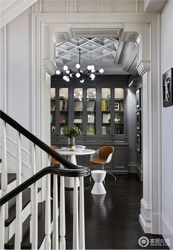 楼梯旁设计了书柜,以及桌子,满足业主看书的习惯,同时又能作为一个休闲喝茶的场所