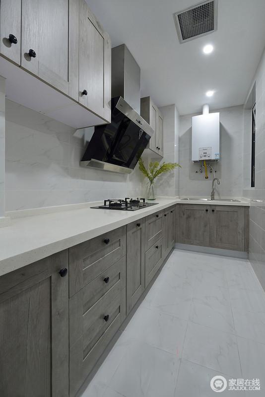 同时需要有一个便餐台在厨房的一隅,还要具备功能强大又简单耐用的厨具设备,如水槽下的残渣粉碎机,烤箱等。需要有容纳双开门冰箱的宽敞位置和足够的操作台,L型厨房的设计洗、煮、切合理分配
