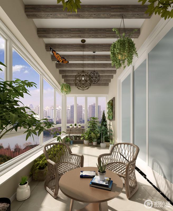 阳台用了很多绿色植物来点缀,把阳台打造成这样一个景观雅致的家居花园;再加上建筑设计上的用心,让裸露地木梁成就空间的田园惬意。