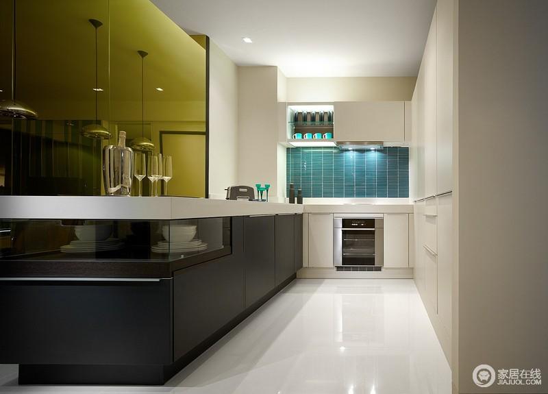 轮廓的灵感来自时装决定了垂直切墙,拉长空间的高度。