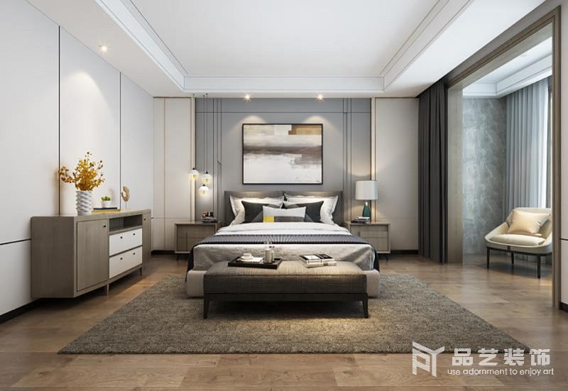 臥室的衣柜嵌入式設計更顯空間感,米色和灰藍色板材組合,讓整個背景墻素雅之中,具有幾何之美,再搭配抽象掛畫滿是藝術氣息;而木地板上鋪設的褐色地毯,與原木家具奠定了空間沉穩的氣息,白色床品及精致地臺燈與之組合,構成家的穩重和輕奢。