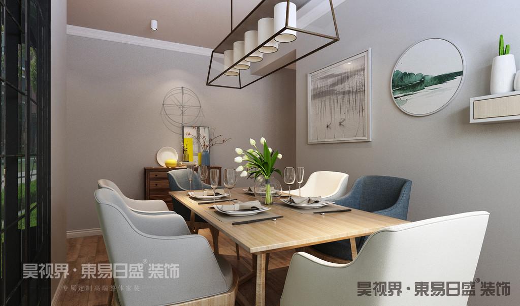木质餐桌椅自然又舒适,座椅颜色搭配优雅而随性,在这一片木质中注入时尚气息。