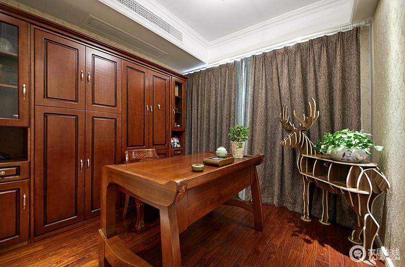 书房整体采用定制实木衣柜,和书桌的颜色是一支的焦糖色。窗帘采用浅咖色布艺帘,成稳大气。