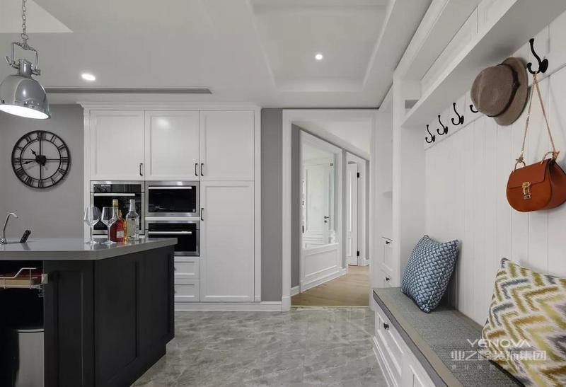 这套160平米的房子,对于暂时不打算要孩子的两口子来说,是非常的宽敞,所以整体设计上做了一个客厅的基础,还布置了休闲室、影音室与客厅,让家里的没处都显得格外的宽大,在轻奢元素融入到美式风格里的设计效果下,带来的是一个优雅舒适的休闲空间。