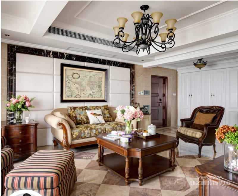 客厅主基调以红木为主,在顶面做了富有层次的线条,空间内的装饰物在米色,木色和白色间清晰的变化,在挂画方面选择复古感强烈的挂画衬托,营造出一个沉稳质朴的空间