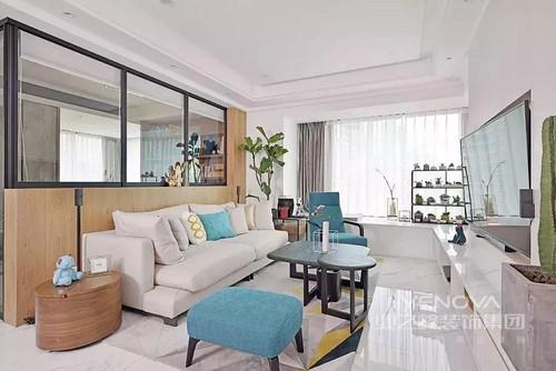 踏进这个120m²的温馨小屋 自会被其宁静的氛围所感染 灰、白、蓝和木色为设计主轴 打造了一片繁华净土 设计师用简约的色调线条为屋主勾勒出 一个属于他们独有的空间 优雅实用 不落俗套却又充满烟火气 家里的每个角落都氤氲着爱的气息