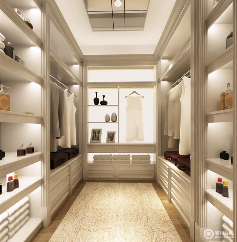 步入式的衣帽间里,利用不同规格的格架,将物品分门别类,做到规整有序,方便日常起居的拿取;每一层格架及背景板里,内置灯带,使整个空间显得轻盈通透。