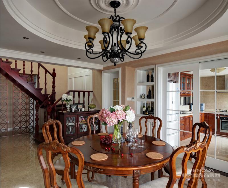 餐厅沿用吊顶来增加空间层次感,家具的搭配也是沉稳大气的古典风格,左侧背景墙与客厅相融合,保留了空间的完整性。
