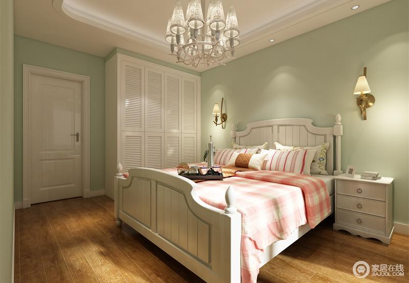 浅镉绿色调清新,作为儿童房墙面色彩,与搭配的朴质木地板,释放出舒适的自然气息;白色的家具与门窗纯粹配套,更添空间的一份纯净感;双人床则铺以甜美的粉白,格纹和条纹点缀,在温暖阳光下,泛着浪漫情调。