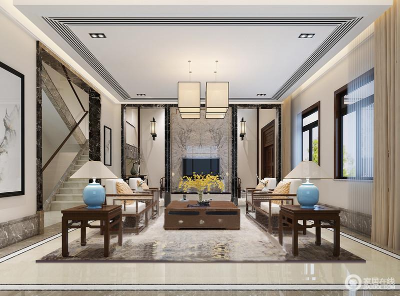 客厅以米色为主调,并因为方形吊灯和壁灯散发的暖光而显得温馨;背景墙以灰色大理石的肌理来成就美学气质,配以黑色石材,凸显几何与天然之美;从吊顶到地面以矩形框为主,让空间利落而简洁,中式家具以对称的方式陈列,并因为蓝色陶瓷台灯、橙色靠垫、黄色花卉让空间增添色彩活力,显露出空间的中式和静。
