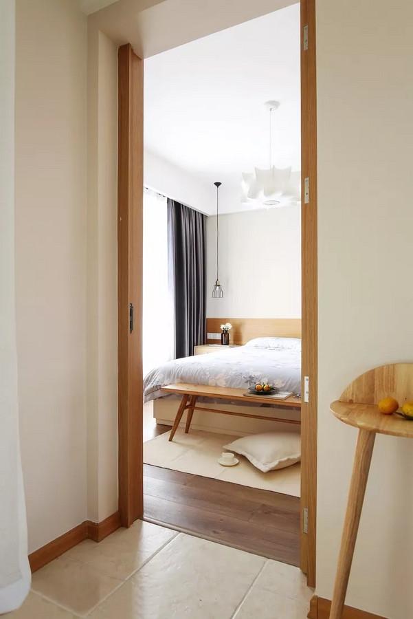 卧室没有繁复华丽的花样与纹饰,偏重于原木色的用料。创造出一种自然简约的风范,充满了静谧、安宁之感。