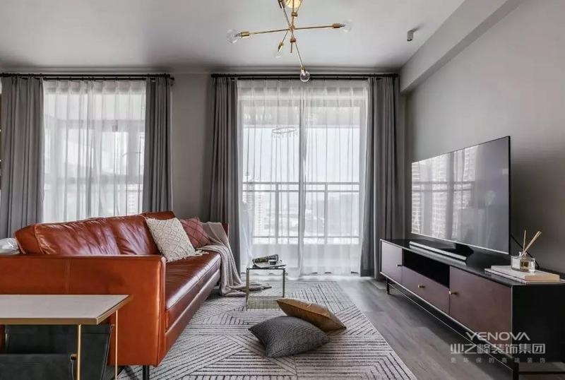 这是一套北欧风格的装修案例,空间低调内敛的色彩,既精致又温和,十分符合屋主夫妇的个性。希望这套装修案例能给准备装修的大家带来一些灵感。