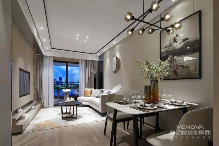 业主既喜欢现代的时尚感,又想要中式的古典,设计师完美的将两种元素融合到了一起。家具颜色仍然体现着中式的古朴,软装选择上融入现代元素。这种表示使整个空间,激进中透着现代,现代中揉着古典